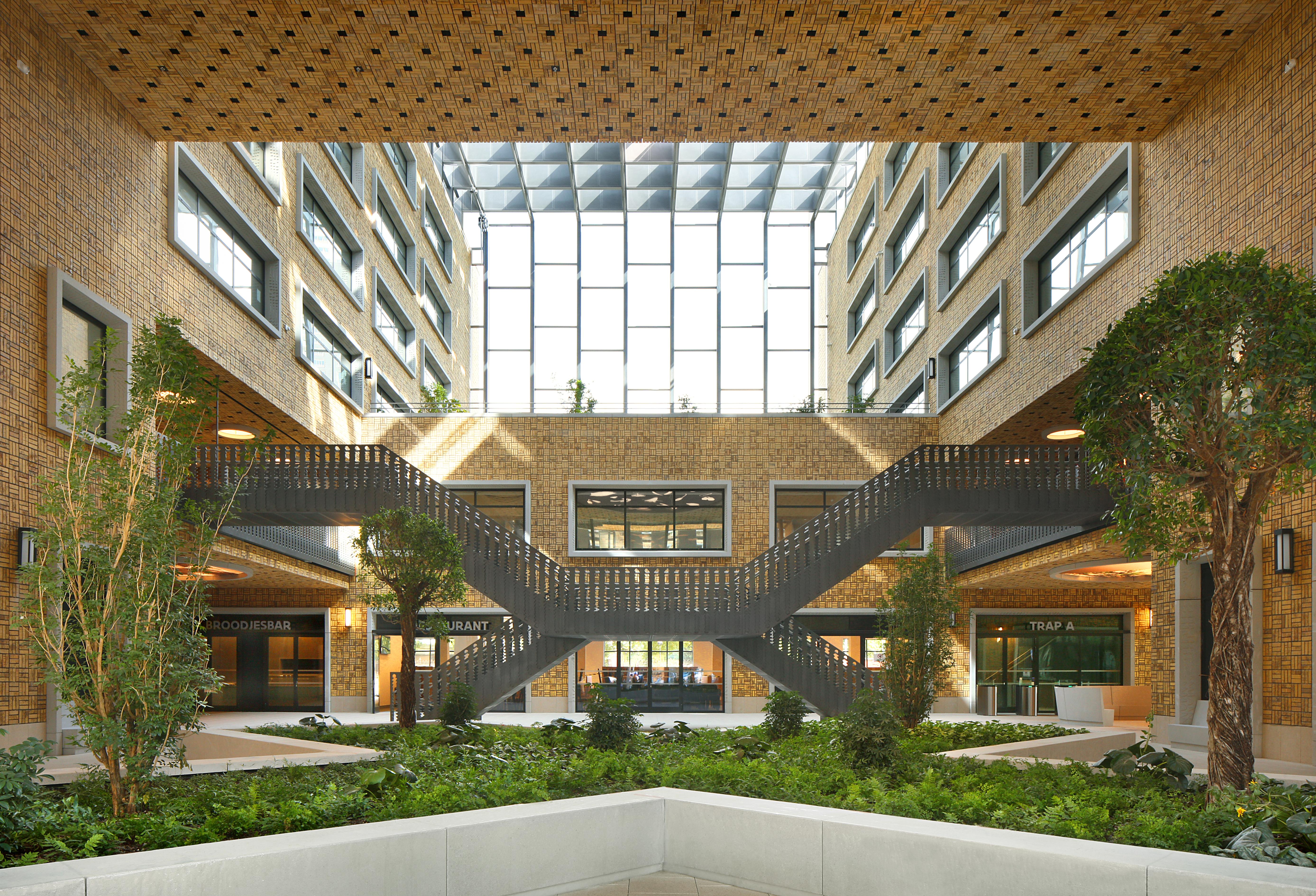 <p>Het Herman Teirlinckgebouw is opgezet rond een binnenstraat met openbare tuinen en geïntegreerde kunstwerken Beeld Filip Dujardin / Neutelings Riedijk Architects</p>