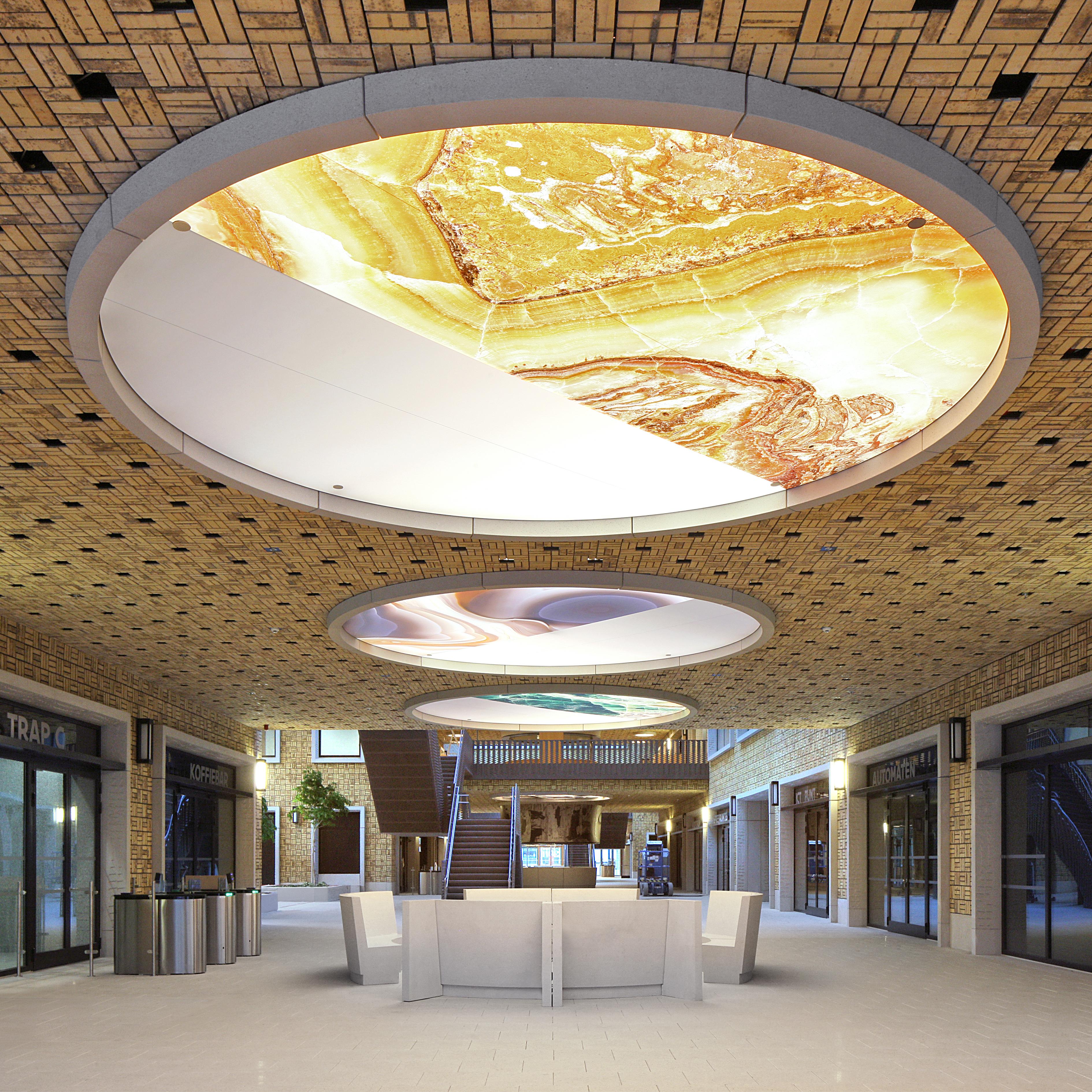 <p>Ornamenten als de trapleuningen van Jacobs en de plafondringen van Sofie Nys, Pieter Vermeersch en Aglaia Konrad verlenen aan het gebouw zijn identiteit als werkplek voor Vlaamse ambtenaren Beeld Filip Dujardin / Neutelings Riedijk Architects</p>
