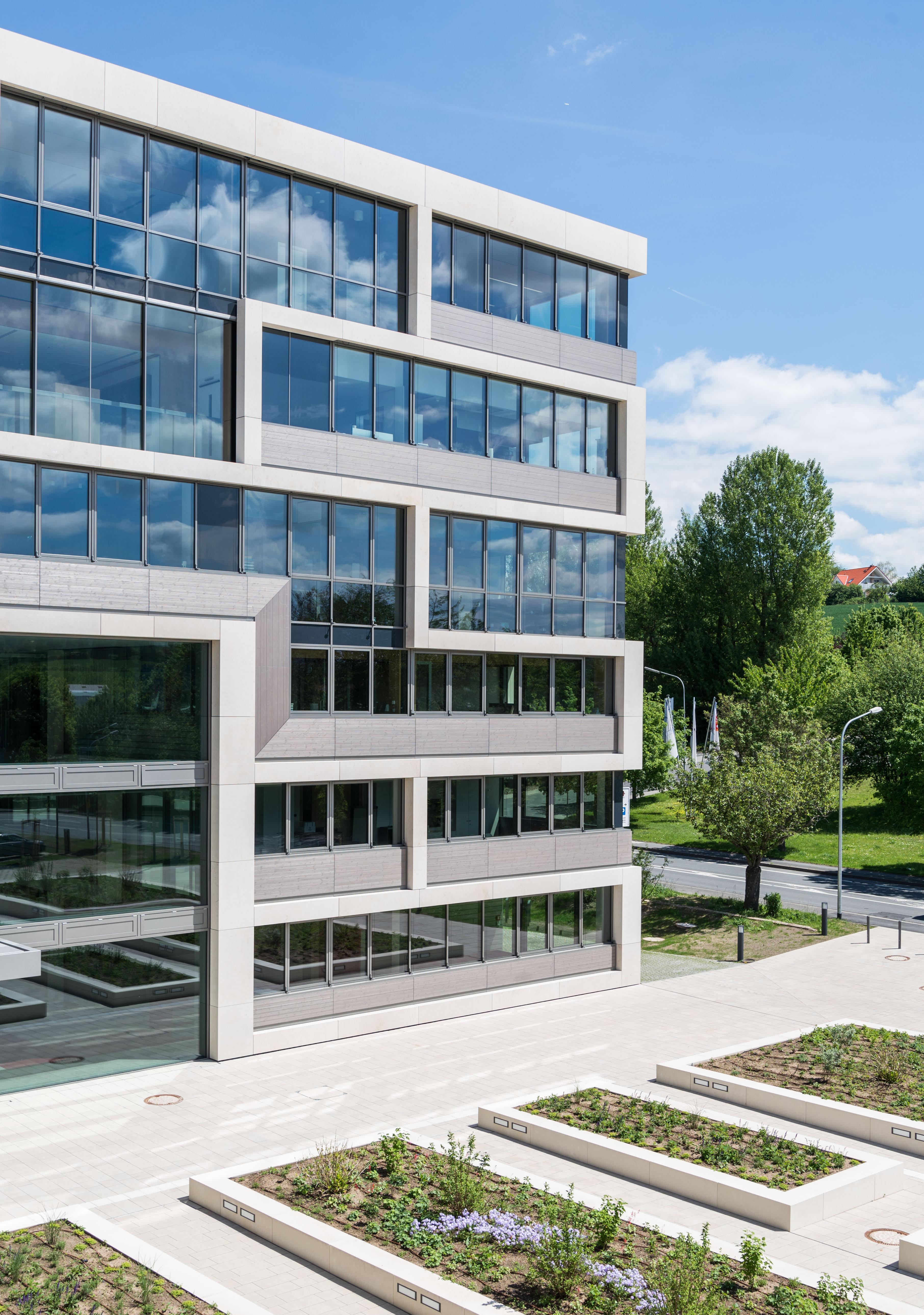 <p>Plaza en entree met uitzicht op stadscentrum Beeld mju-fotografie, Marie Luisa Jünger</p>