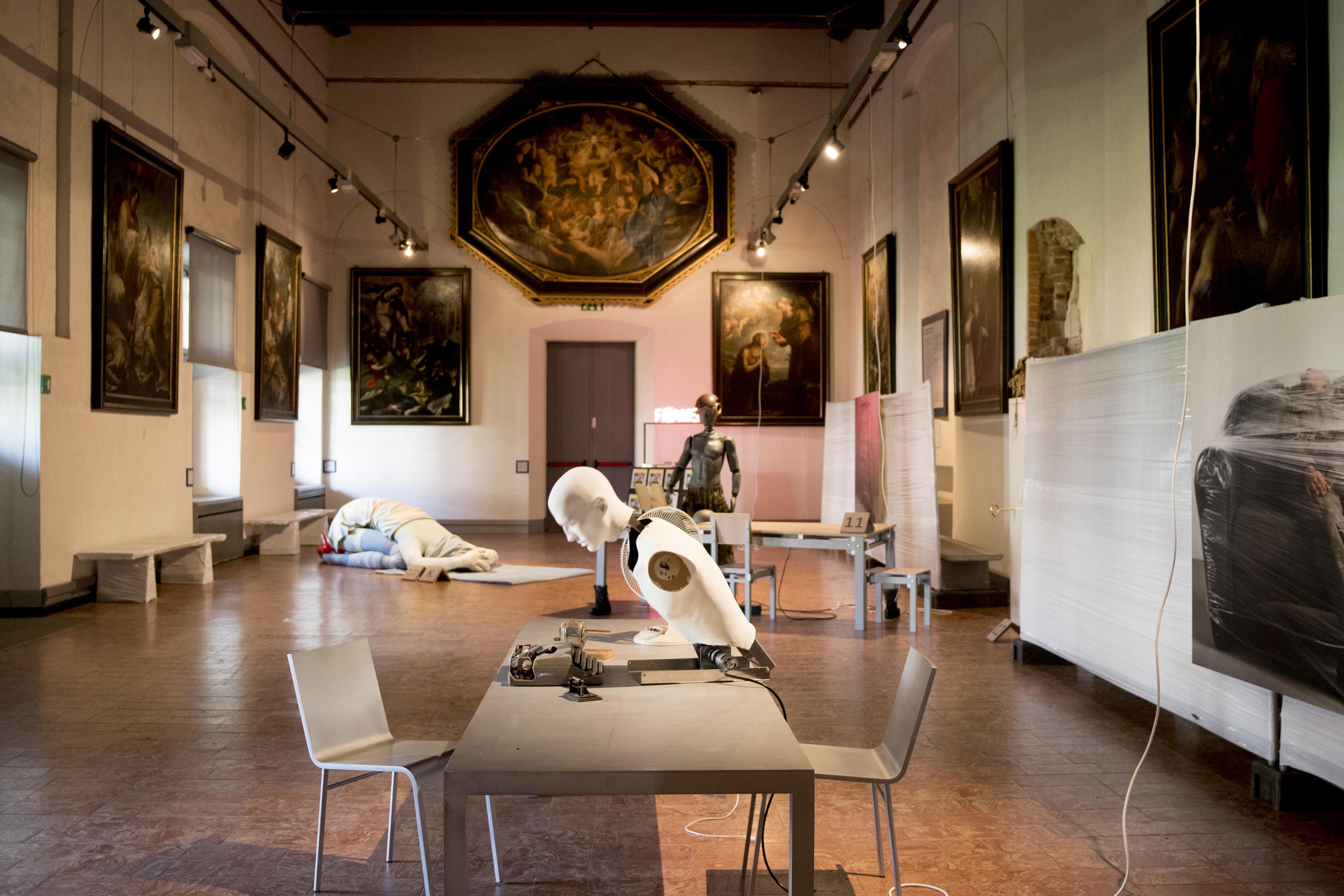 <p>Hans Lensvelt organiseerde dit jaar voor het eerste de presentatie 'Nothing New' in Museo Diocesano, met een mix van meubels van Joep van Lieshout en anderen uit de Lensvelt collectie. Beeld Cheryl Schurgers</p>