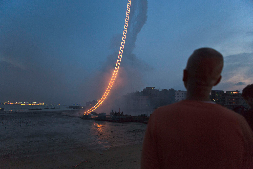 Sky Laddder in Quanzhou door Cai Guo-Qiang