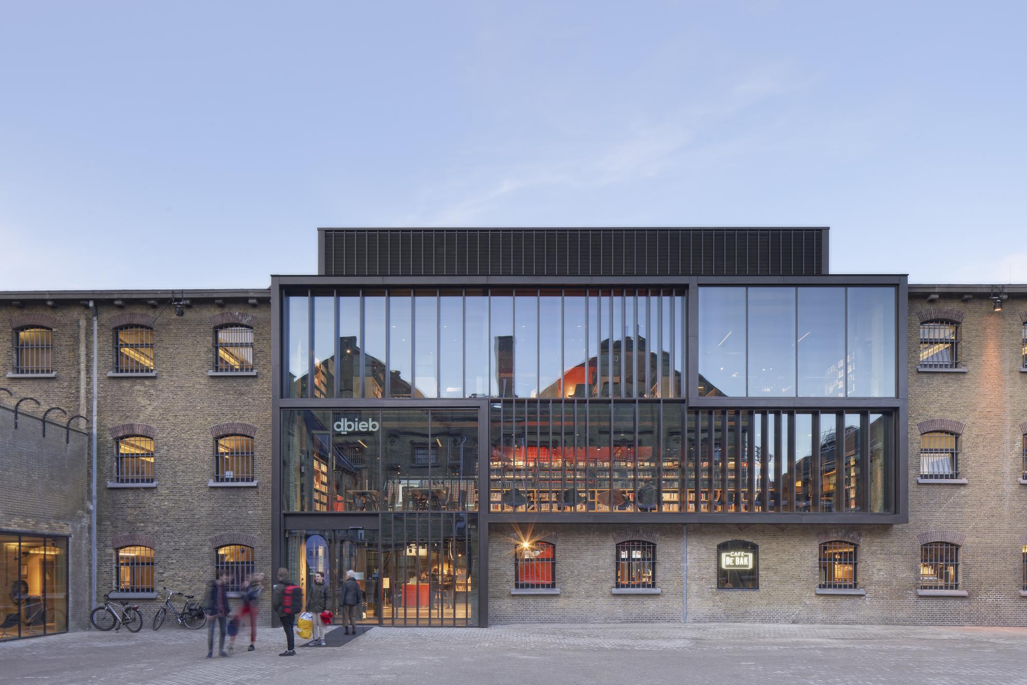 <p>De Blokhuispoort, voorgevel bibliotheek, foto: Gerard van Beek</p>