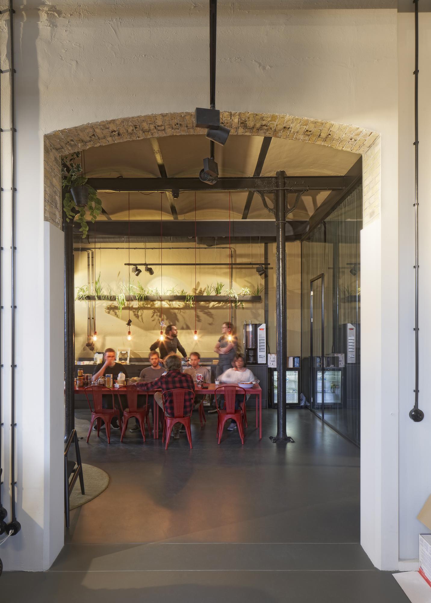 <p>De Blokhuispoort, creatieve bedrijven in het alcovengebouw, foto: Gerard van Beek</p>