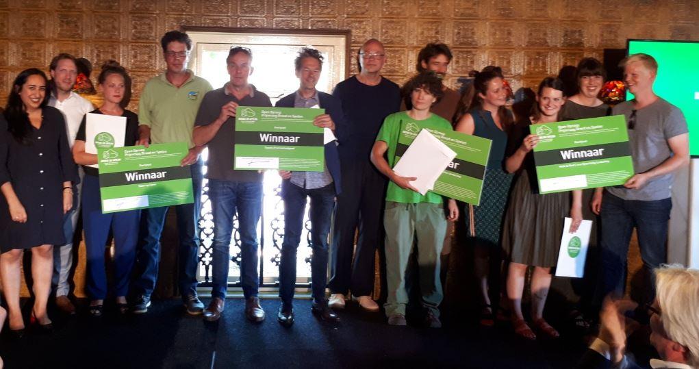 De Overijsselse winnaars van de ontwerpprijsvraag Brood en Spelen op het podium