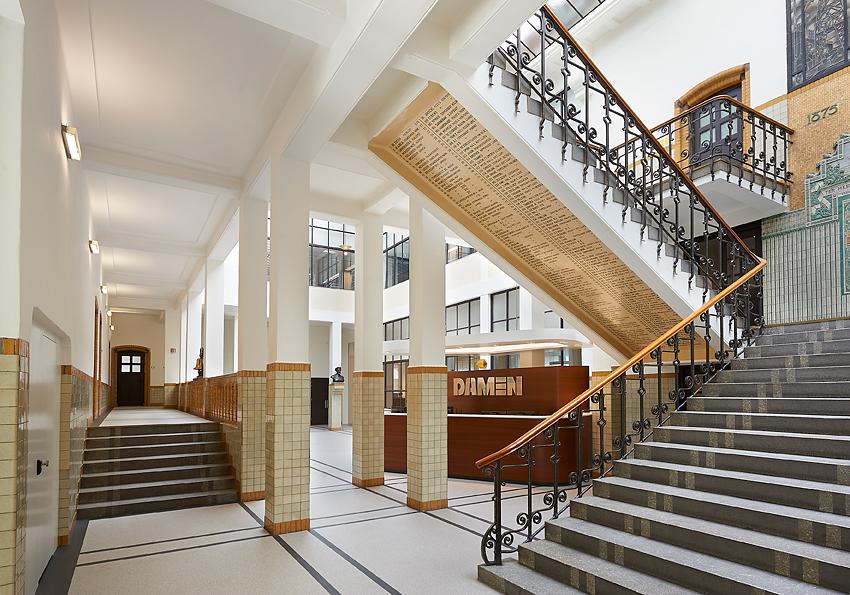 <p>Atrium met ontvangstbalie. Fotograaf: Roos Aldershoff</p>