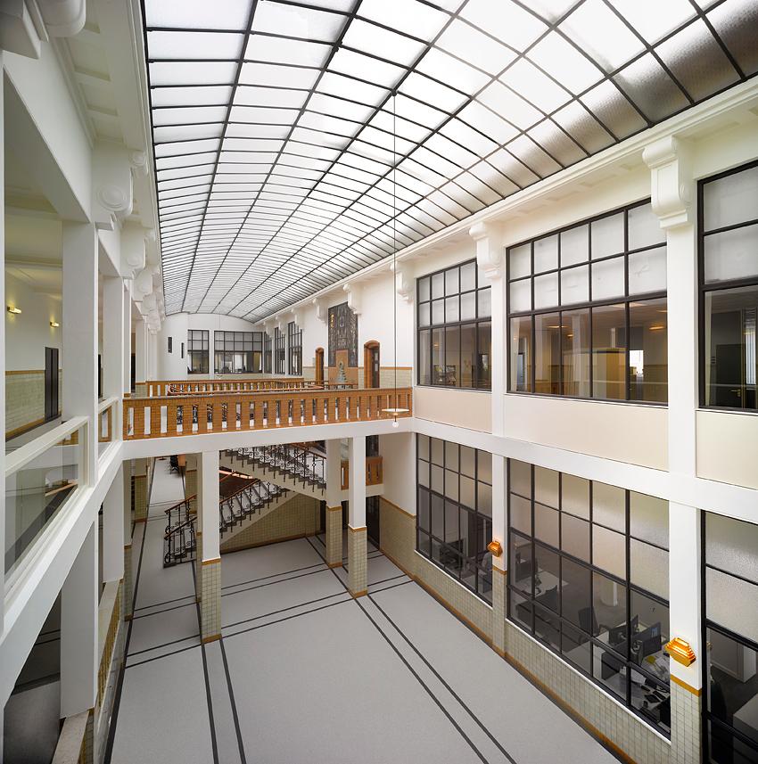 <p>Originele plafonds en raamoppervlakken zijn weer zichtbaar. Fotograaf: Roos Aldershoff</p>