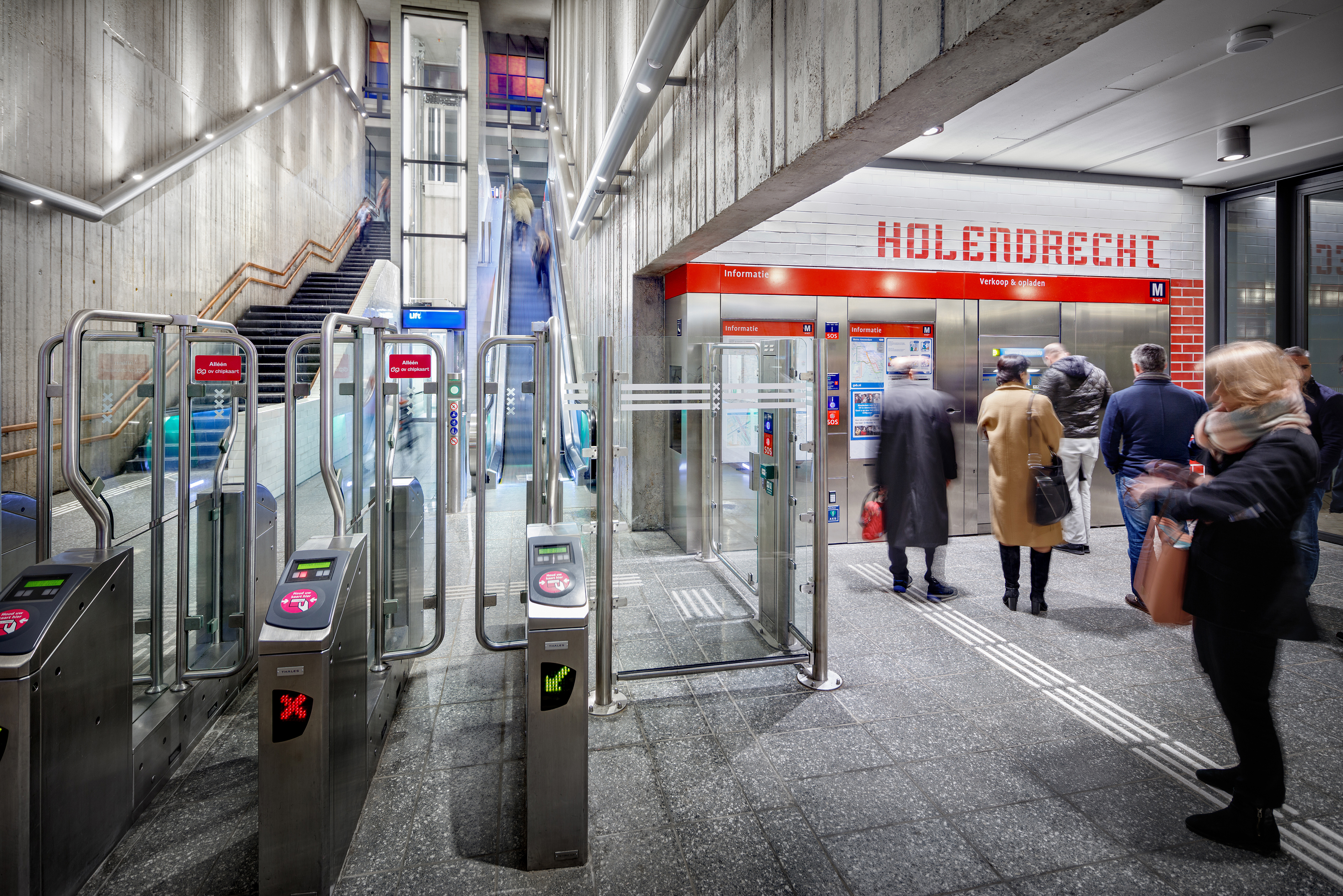 <p>Entreehal Station Holendrecht met transparante lift en cluster. Fotograaf: Digidaan</p>