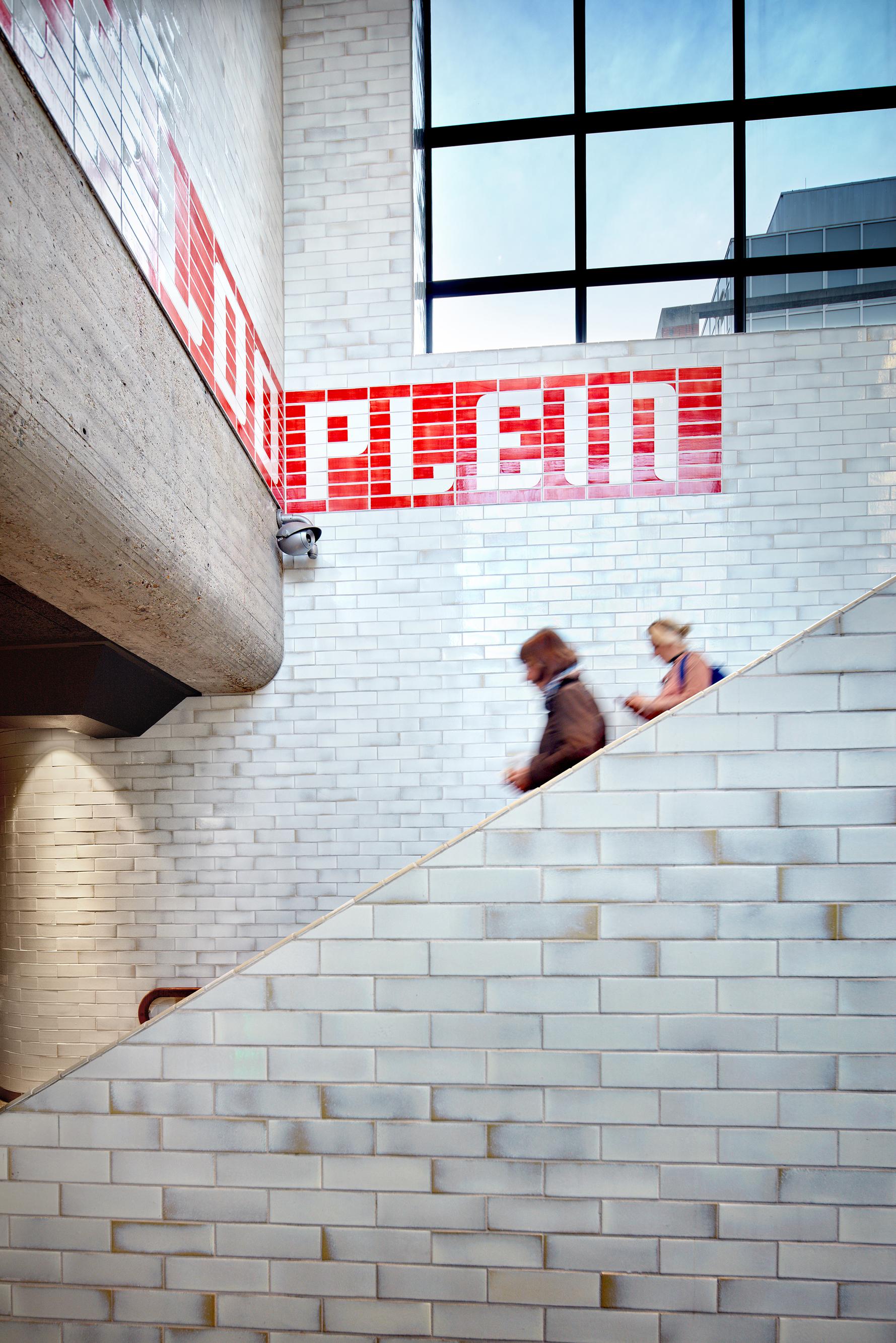<p>Interieur station Waterlooplein, met handgemaakte tegels. Fotograaf: Digidaan</p>