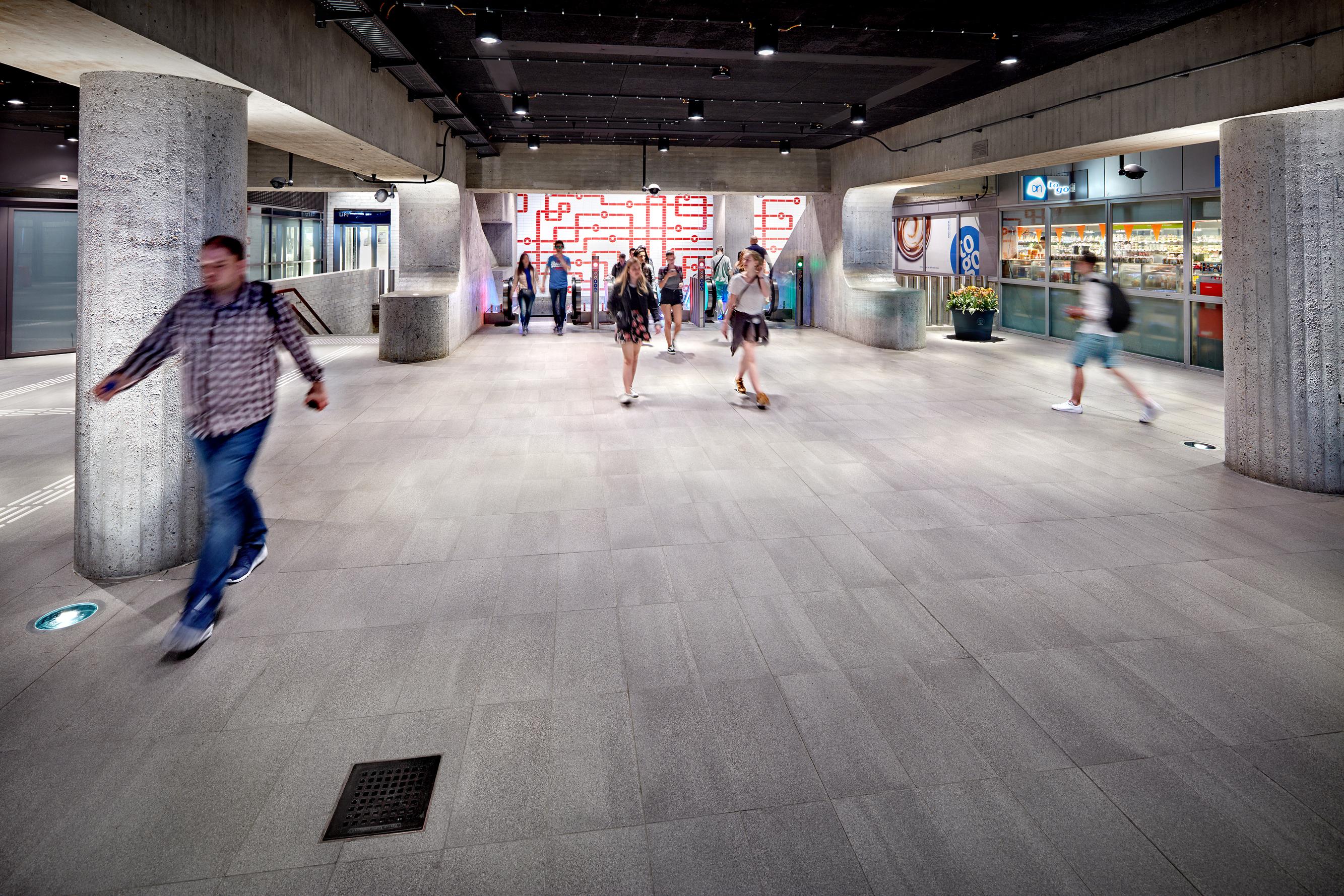 <p>Transferhal Central Station met 'visueel tableau', met handgemaakte tegels. Fotograaf: Digidaan</p>