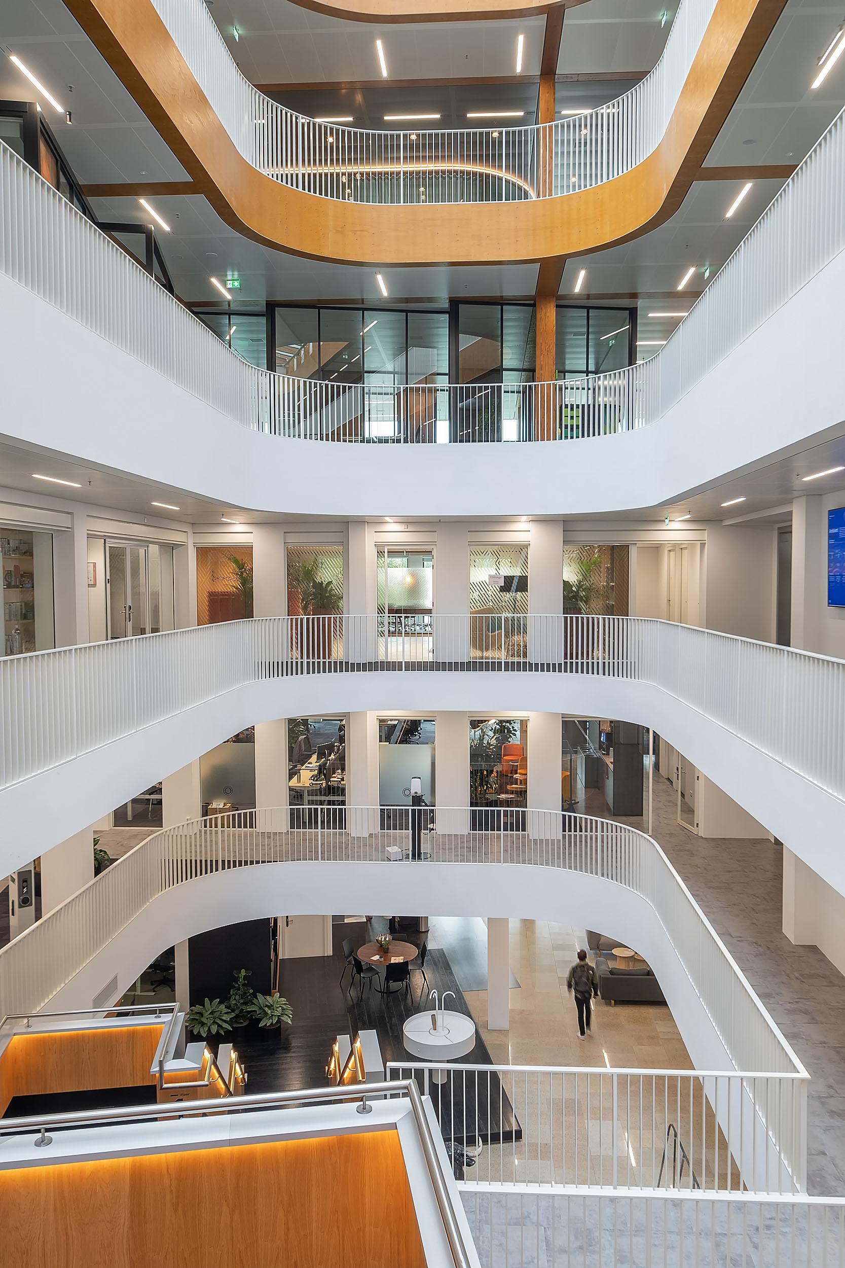 <p>Centrale vide verbindt de verschillende verdiepingen met elkaar.</p>