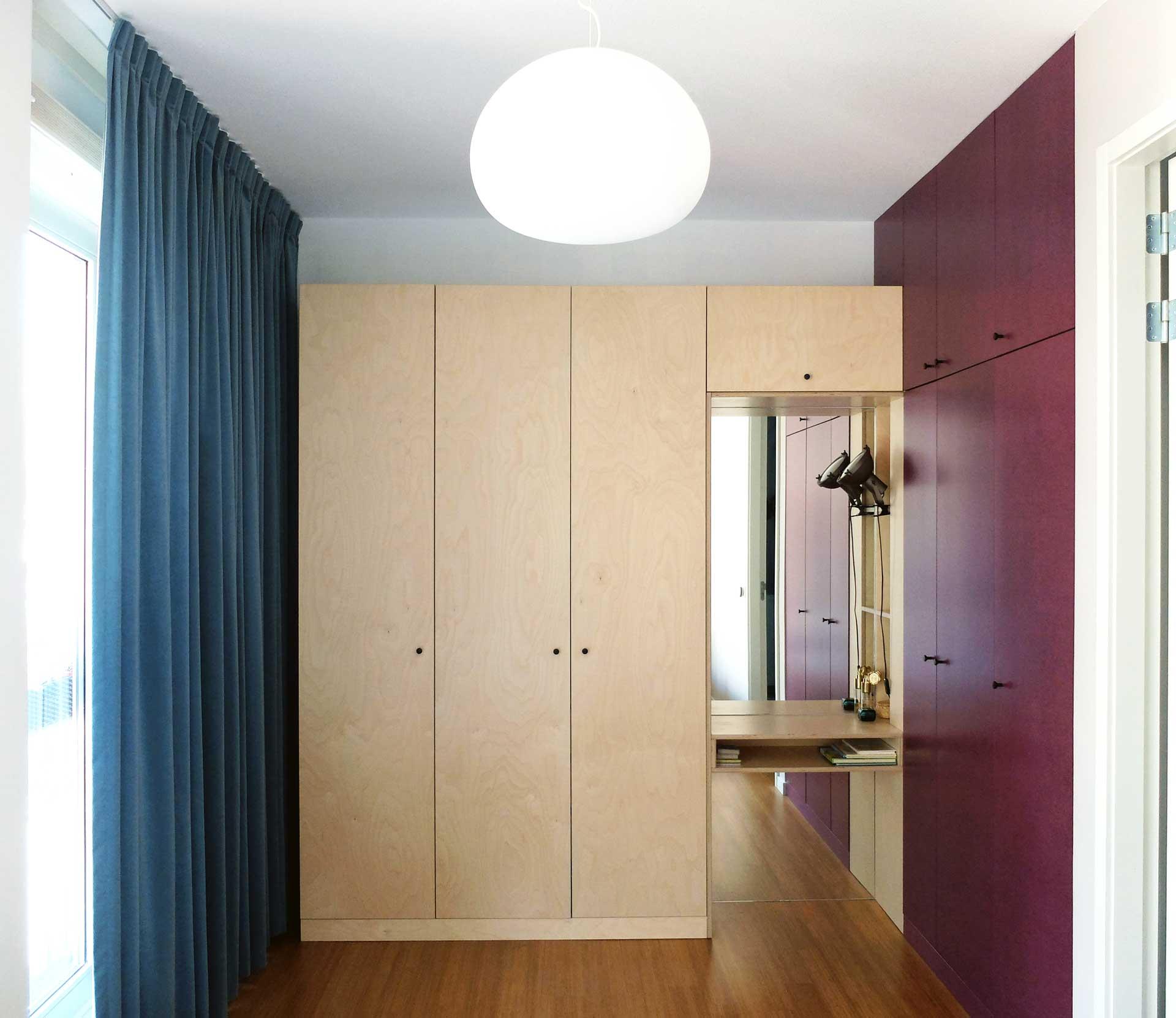 <p>Kleurvlakken in kasten, vloer, inbouwmeubelen en gordijnen zijn in harmonie en contrast ontworpen</p>