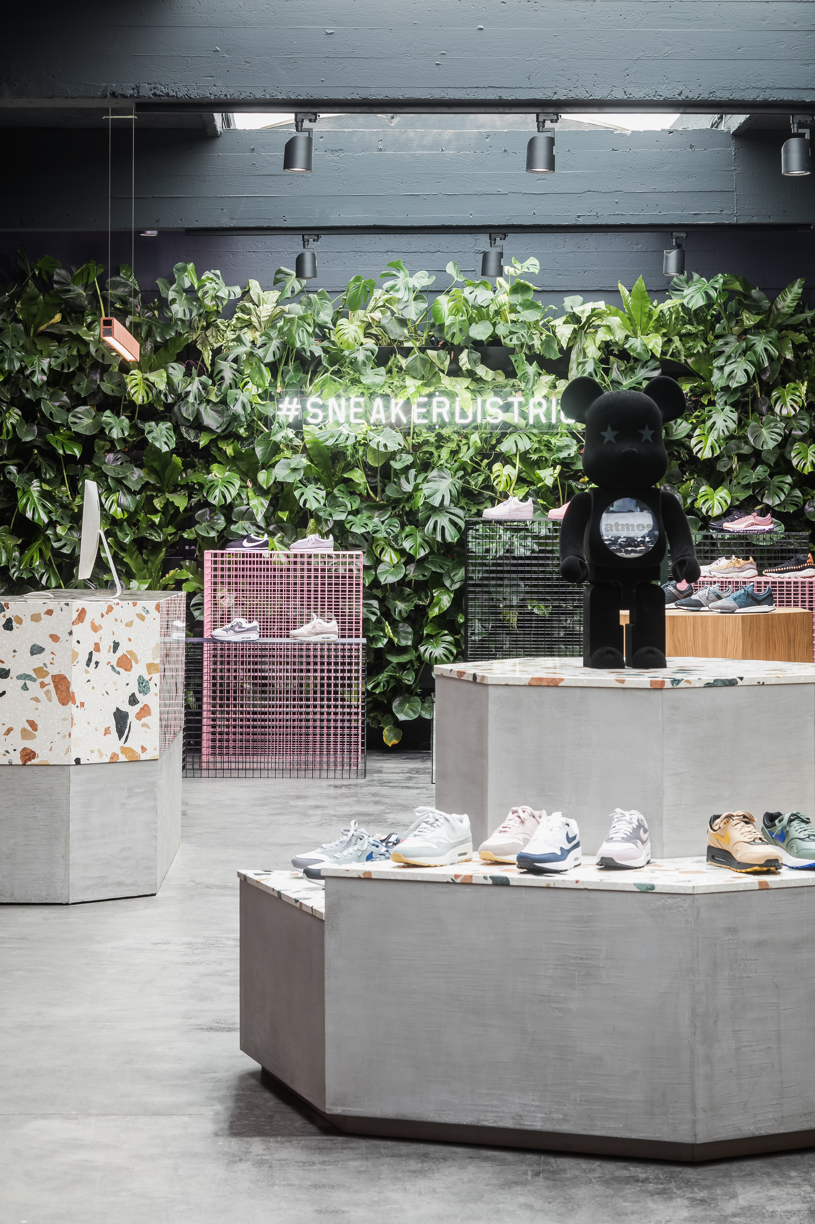 <p>An overview of the store where all materials come together, 'guarded' by a Bearbrick toy on top of the concrete-marmoreal heptagon.</p>