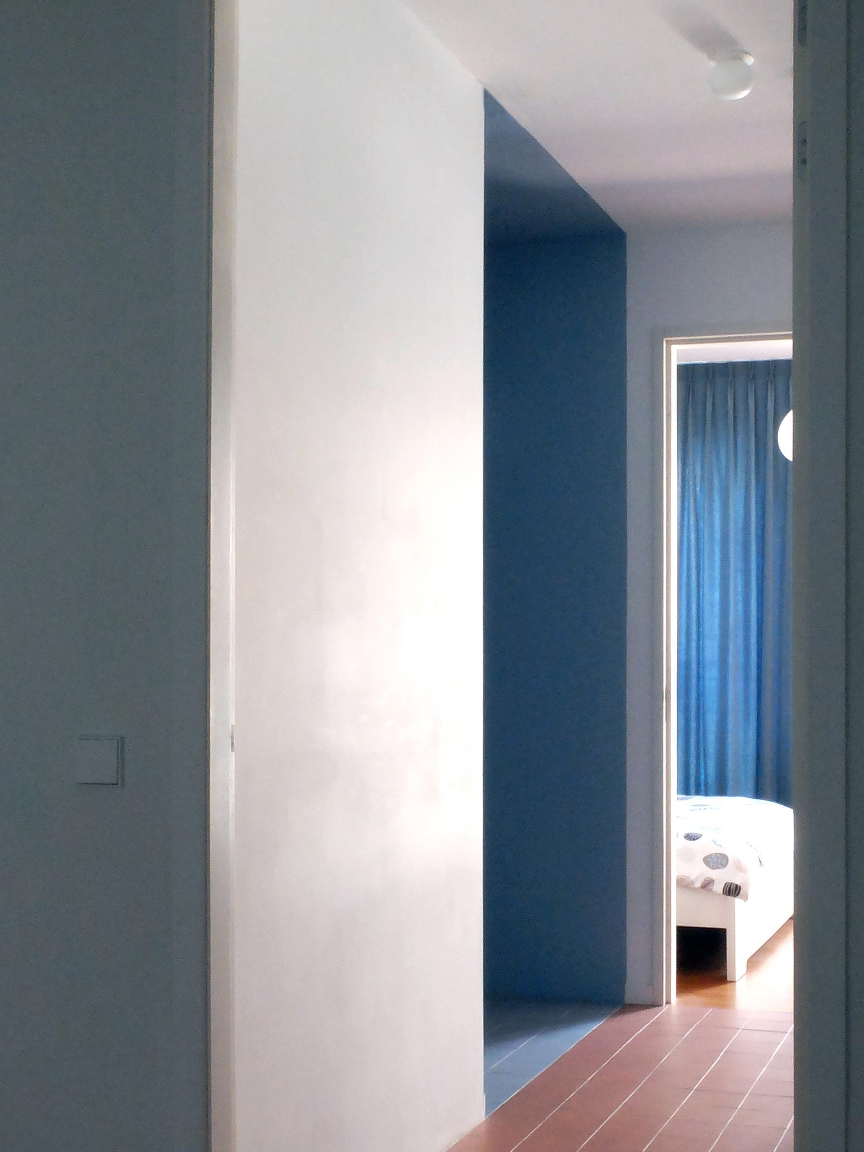 <p>Het blauwe trappenhuis is als een abstract volume afgescheiden van de overloop en de slaapkamers</p>