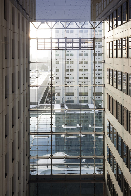 <p>Wiebelgevel tussen de nieuwe hoogbouw (Gerard van Beek)</p>