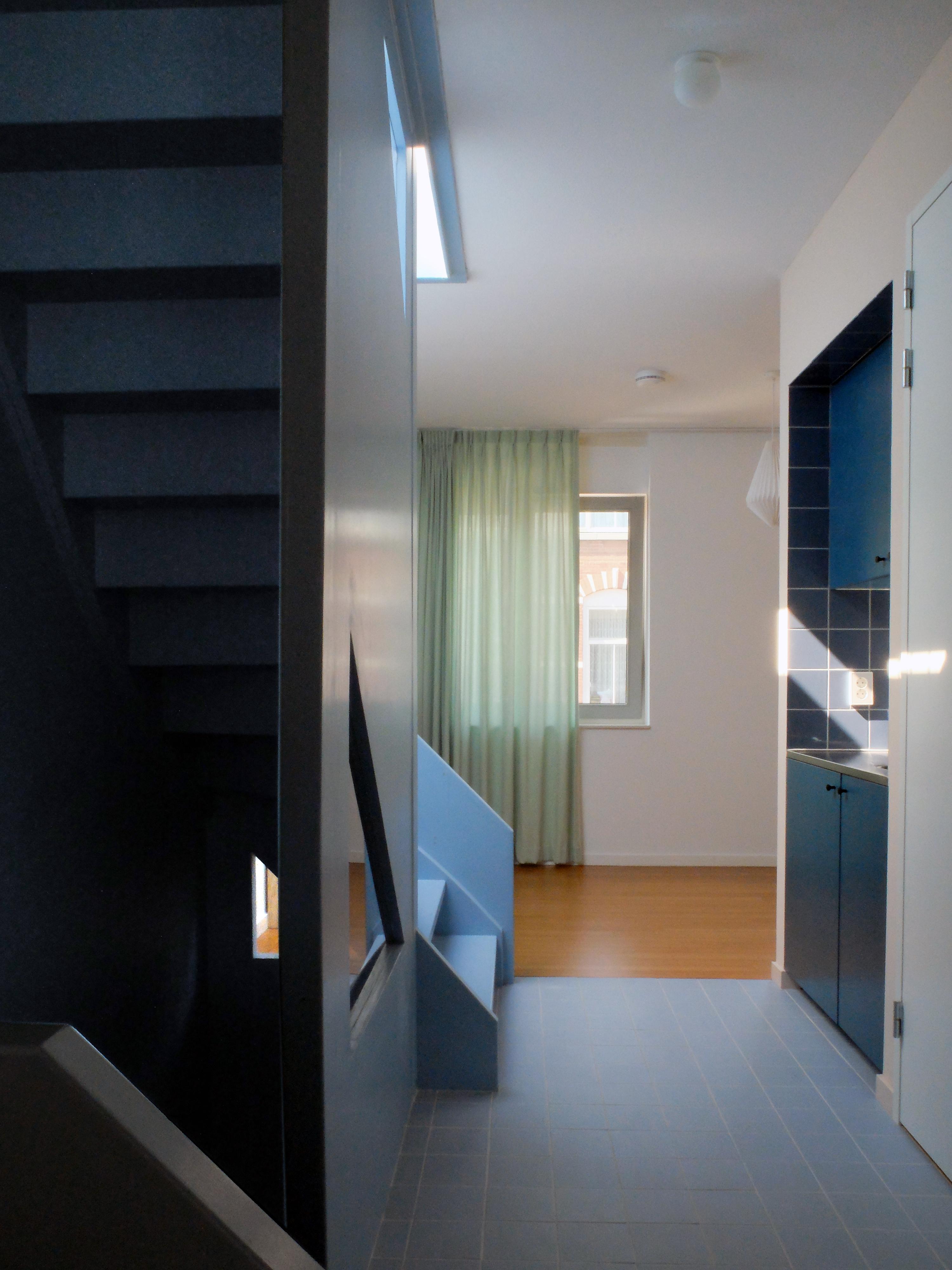 <p>De pantry op de werk- en logeerverdieping is aan de opgang naar het dakterras gelegen</p>