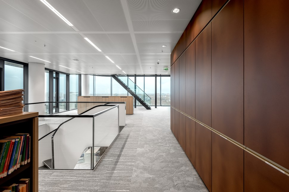 <p>Bibliotheek en open werkplekken zijn goed bereikbaar vanaf de verschillende verdiepingen. Verfijnde detaillering loopt op verschillende manieren in het ontwerp door. foto: Ruben Visser</p>