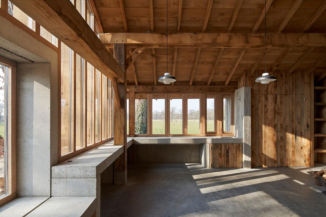 <p>betonnen werkblad met uitzicht op landgoed De Wamberg </p>