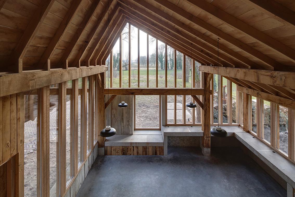 <p>zicht op de werkplaats vanaf de verdiepingsvloer met het smalle trapgat, de vorm en het ritme van de sporenkap (zonder hanenbalk) zorgen voor een prachtige ruimtelijke beleving – foto Rene de Wit</p>