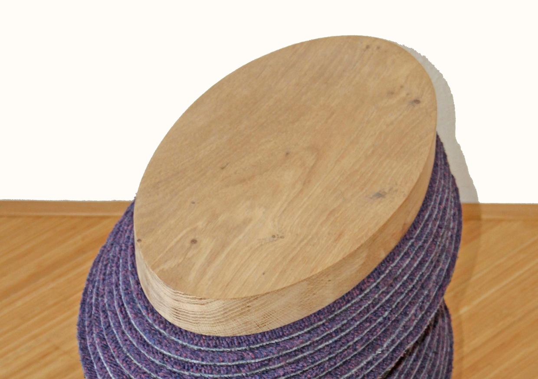 <p>Voorbeeld van gerecycled eikenhout: Stool EYE gemaakt van oude tapijttegels en eikenhout.</p>