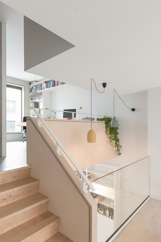 <p>Verschillende woonruimtes hebben een eigen gebruik en karakter, maar zijn wel visueel verbonden</p>
