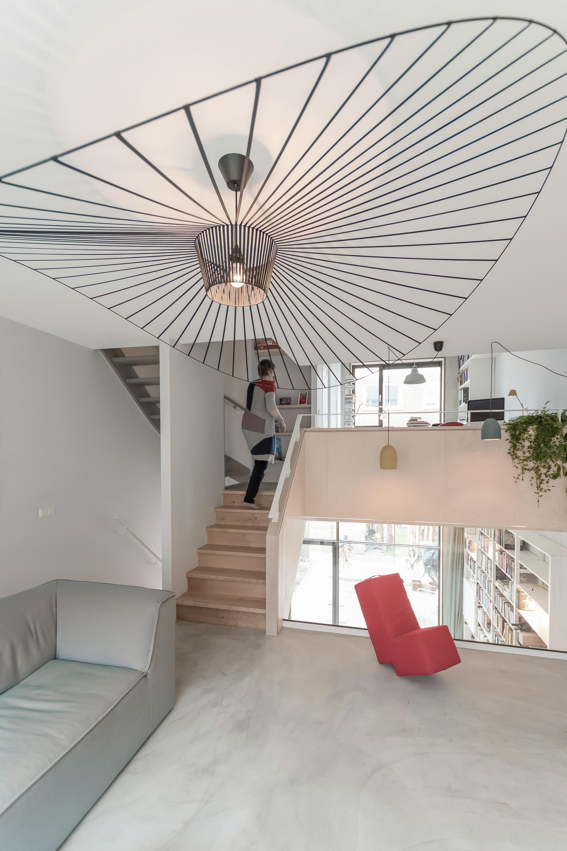 <p>De woonruimten zijn gelegen op verschillende split-level niveaus en georganiseerd rondom een centrale trap</p>