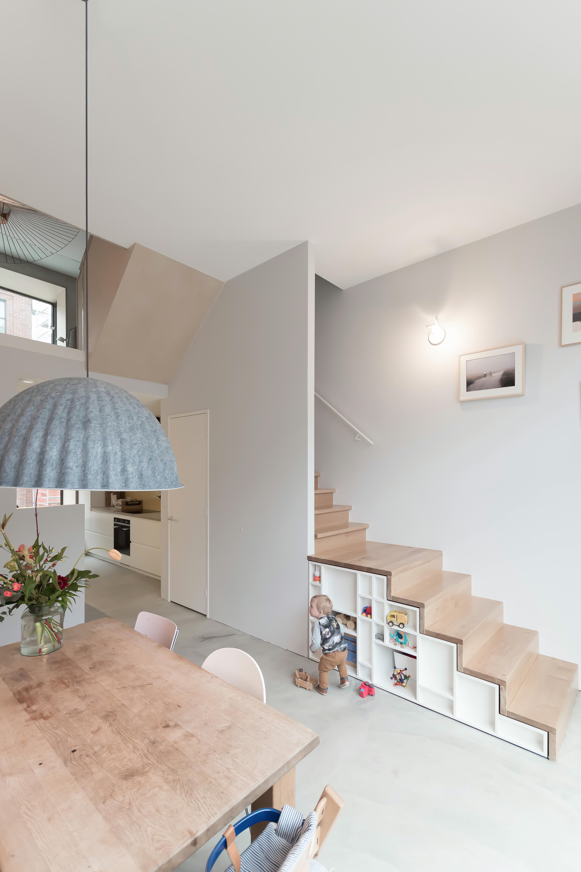 <p>De vele hoekjes in dit huis worden goed benut, zo is ook hier de ruimte onder de trap ontworpen als kast</p>