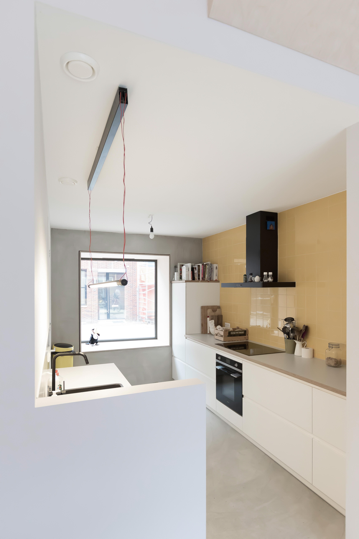 <p>De keuken, gelegen in een aparte ruimte grenzend aan de eetkamer, zorgt voor interactie met de straat</p>