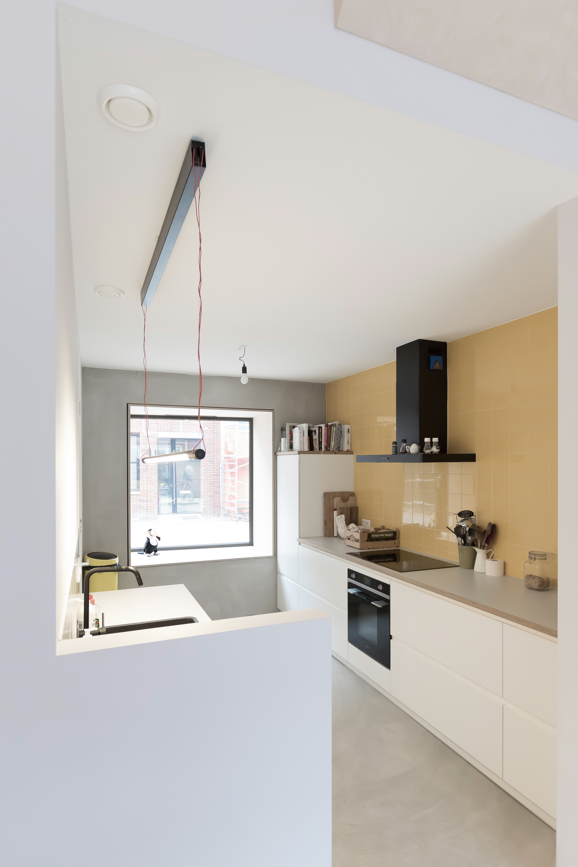 <p>De keuken, gelegen in een aparte ruimte grenzend aan de eetkame, zorgt voor interactie met de straat</p>