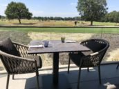 Hole-in-one: buitenmeubilair met Dekton tafelbladen