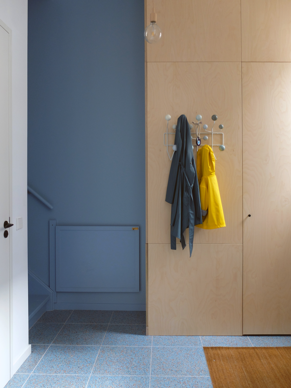<p>Keuken en hal vormen één wereld, gescheiden door plafondhoge ensuite schuifdeuren – foto: LAGADO architects</p>