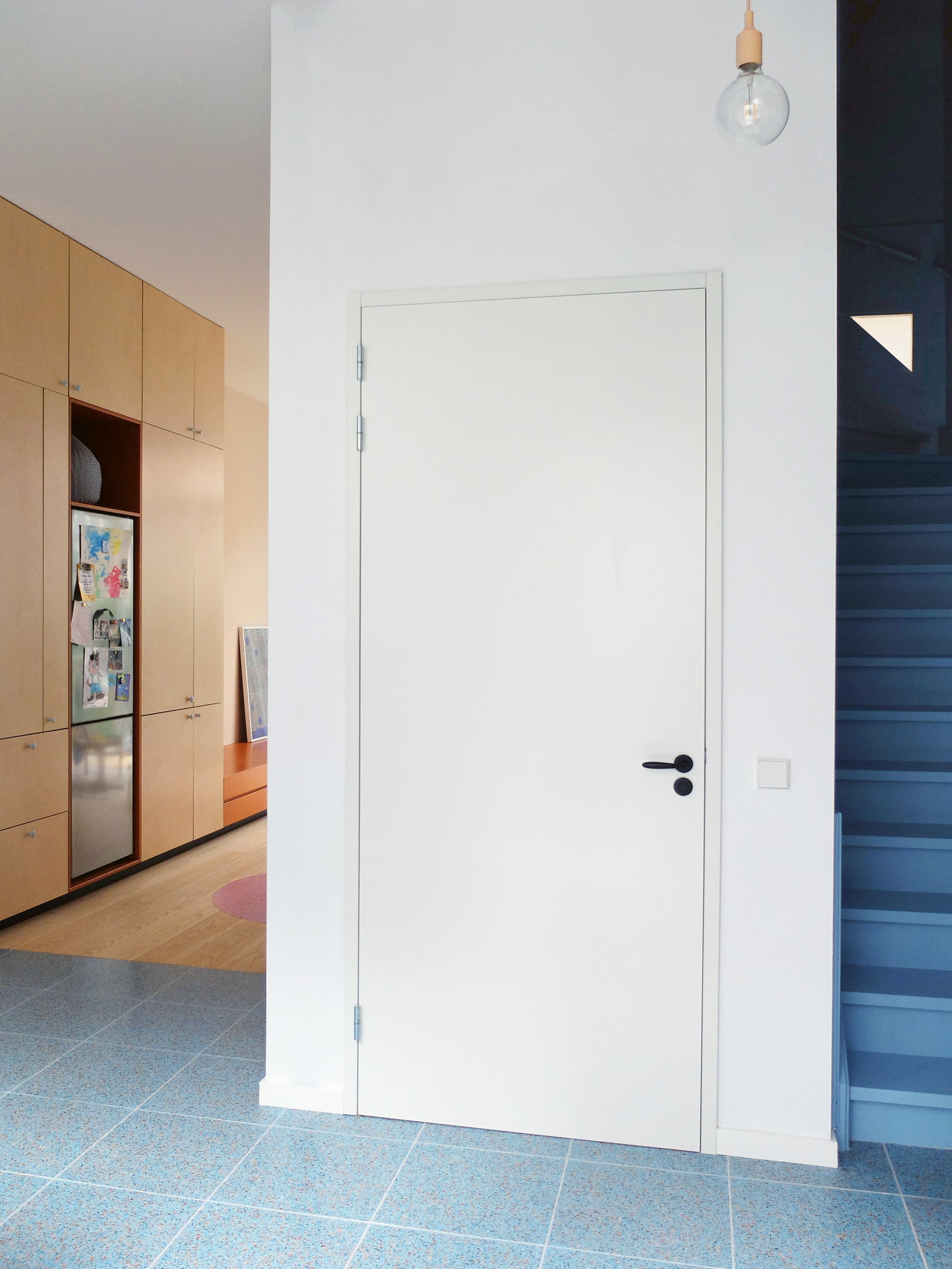 <p>Royale binnenkomst doordat keuken en hal in elkaar overlopen – foto: LAGADO architects </p>