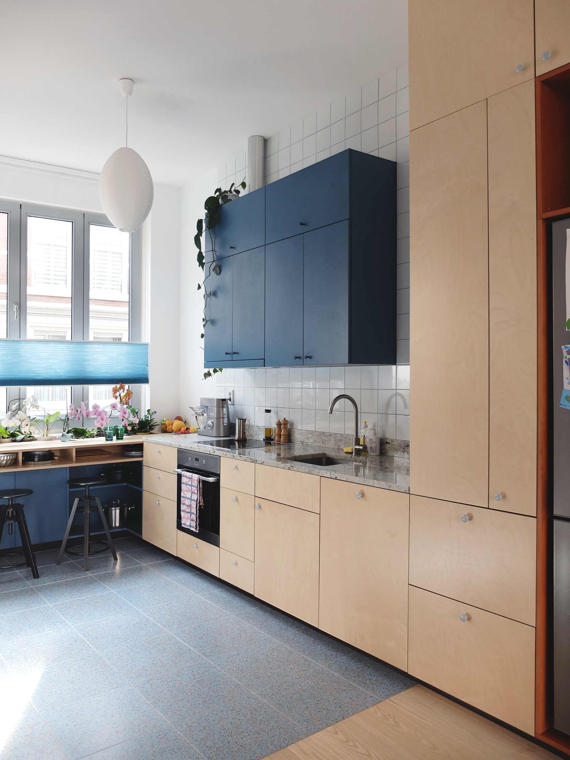 <p>De Keuken met aan het raam de bar met geïntegreerde ruimte voor planten – foto: LAGADO architects</p>