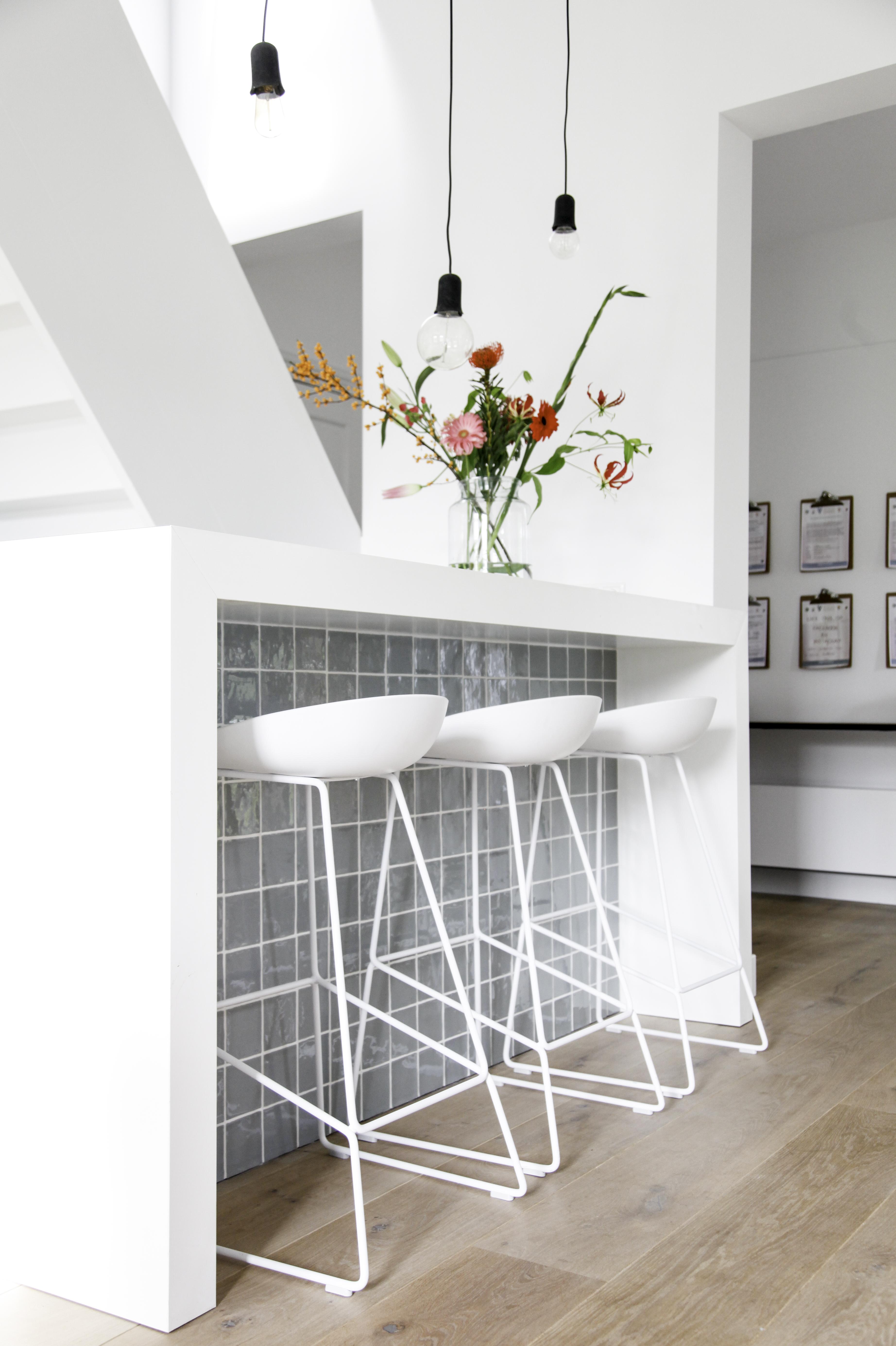 <p>Uitgekiende muursparingen bieden zicht op de entree en trap vanaf receptiebar (beeld: Caroline Kist)</p>