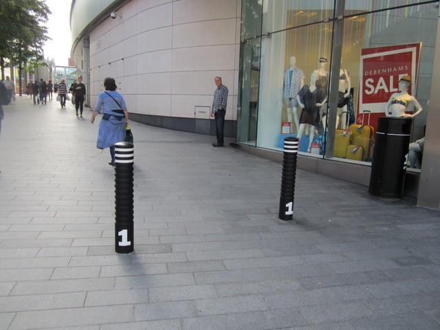 Grens tussen Liverpool ONE en publieke deel van Paradise Street wordt aangegeven met een rij paaltjes, beeld Els Leclercq
