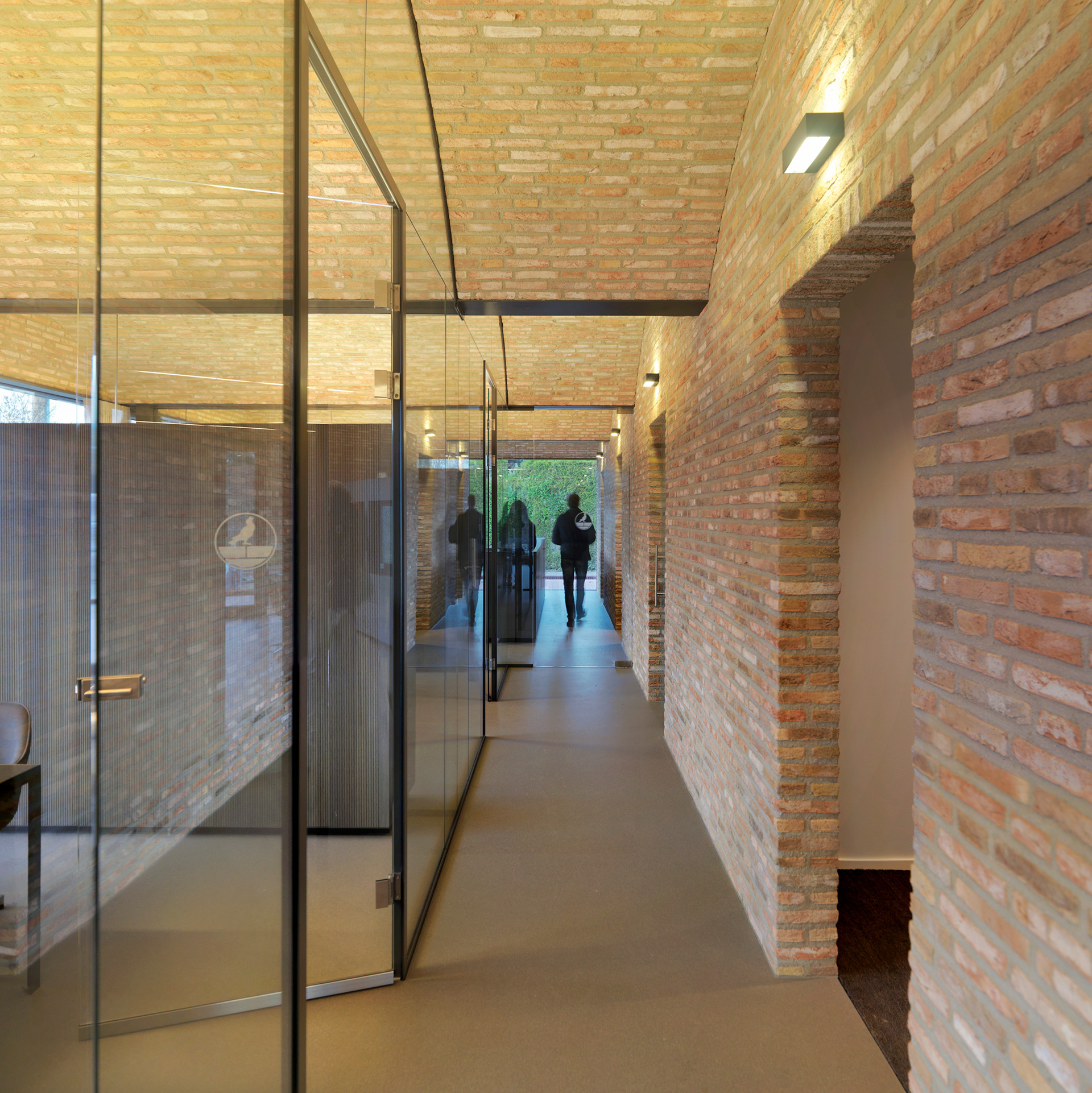 <p>Doorkijk langs de kantoorruimtes, foto: Michel Kievits</p>