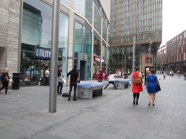 Tijdelijke tafeltennistafels in Liverpool ONE, beeld Els Leclercq