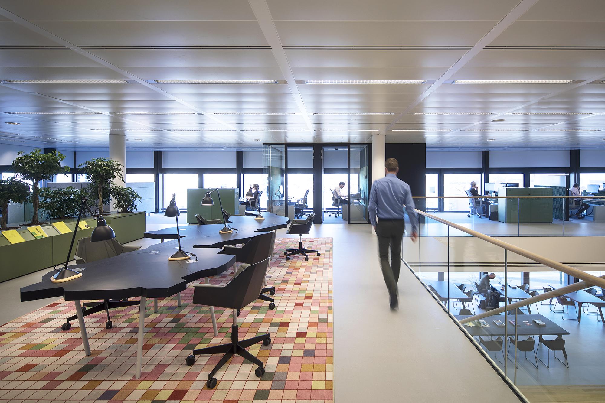 <p>3dimensionaal kantoor met aanlandtafel werkplekken en zicht op LIOFcafe</p>