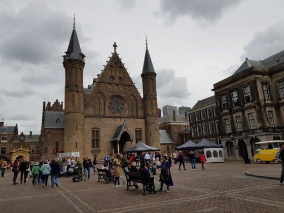 Joost Ector en Adri Duivesteijn discussiëren over verbouwing Binnenhof