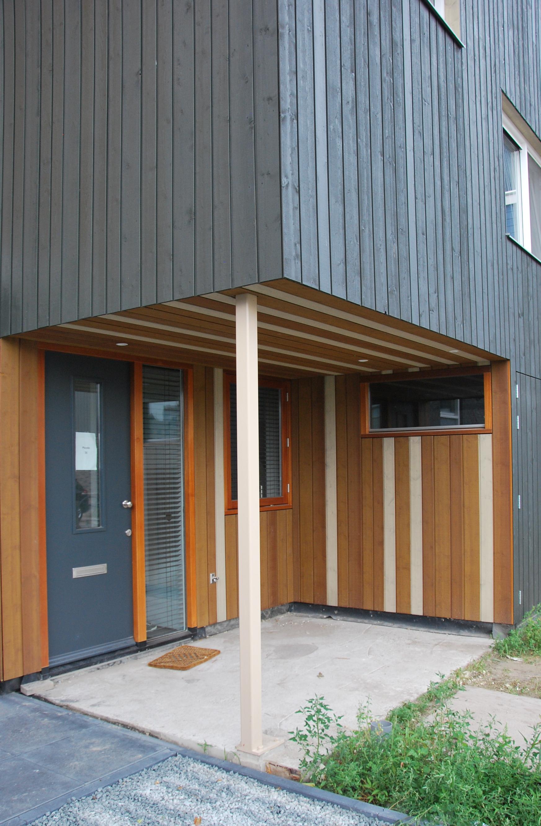 <p>Carport met gekleurde houten delen</p>