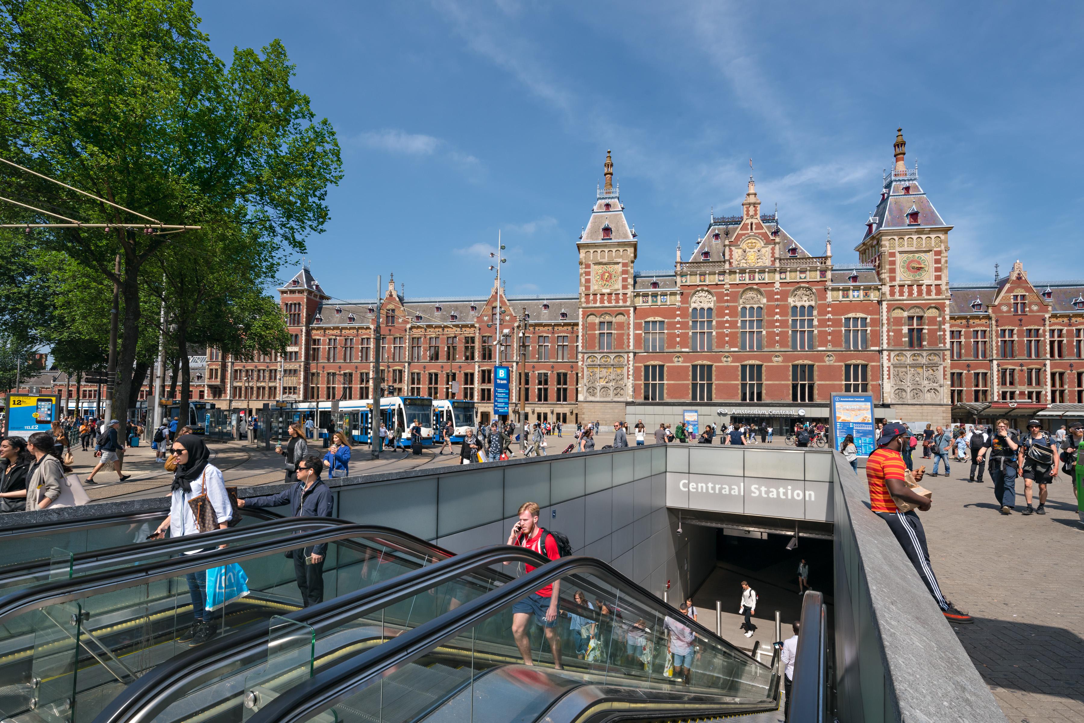 <p>Station Amsterdam CS: Jannes Linders</p>