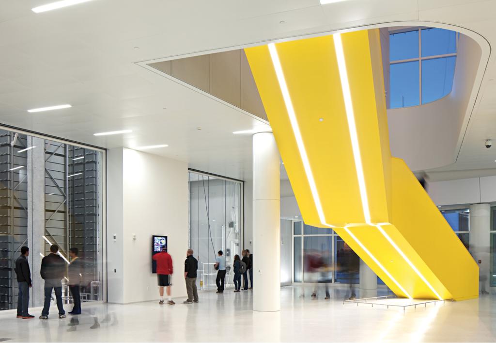 De gele trap in de James Hunt Bibliotheek een sterke nudge in het interieur