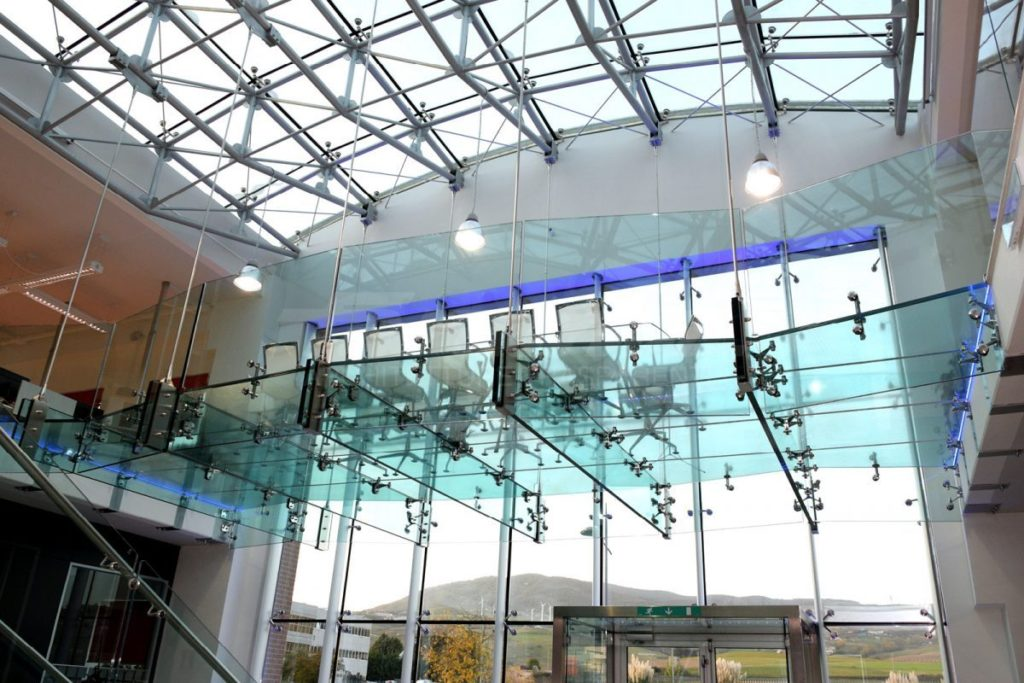 Spectaculair staaltje glas-techniek in het MPH kantoor in Potenza. Faraone Transparent Architectures, heeft in samenwerking met Palumbo Glass