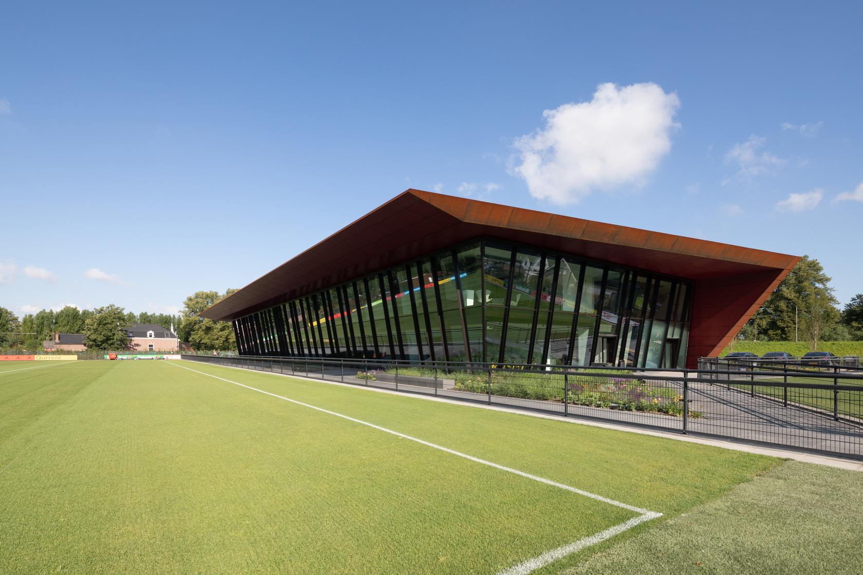 <p>Trainingscomplex '1908' Feyenoord Rotterdam door MoederscheimMoonen Architects, beeld Bart van Hoek</p>