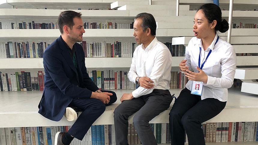 Kunstuur in China #2 Staatsmusea, privemusea en alles daartussen in. Links Lucas de Man in gesprek met de directeur van de Bibliotheek in Tianjin, een ontwerp van MVRDV