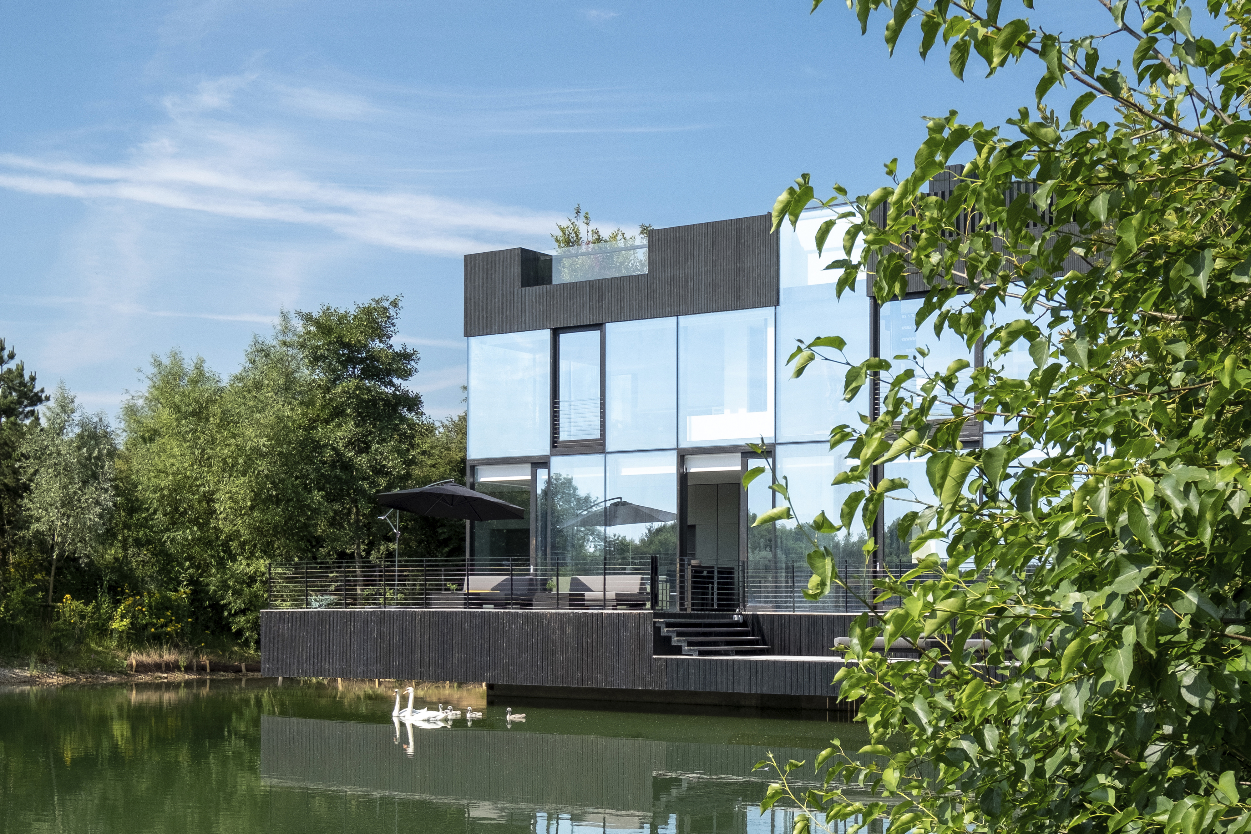 <p>Villa in the Lake, Lechlade (UK) &#8211; Mecanoo. Beeld Blue Sky Images</p>