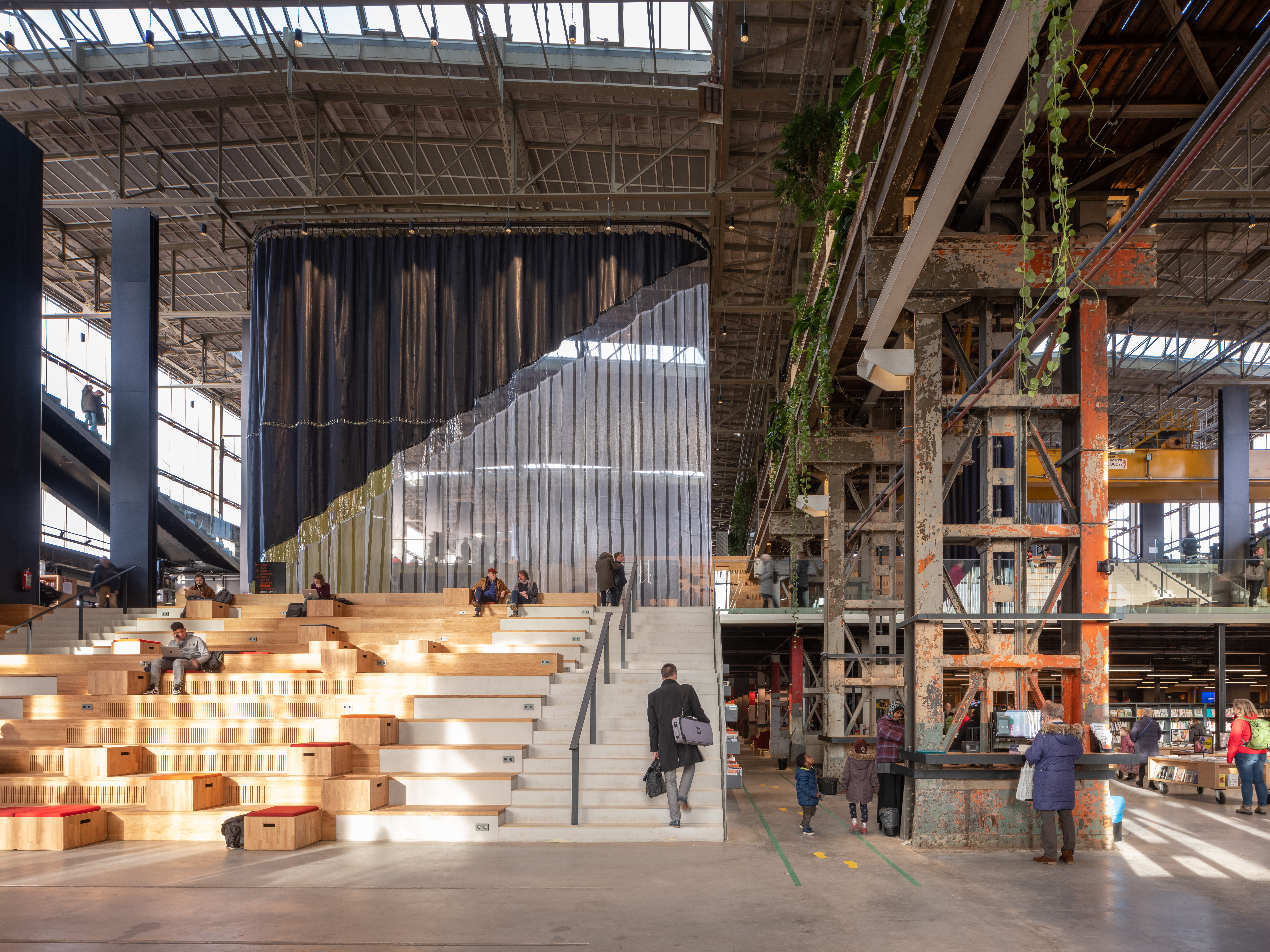 <p>LocHal Tilburg door Civic, Braaksma &#038; Roos Architectenbureau, Inside Outside en Mecanoo, beeld Ossip van Duivenbode</p>