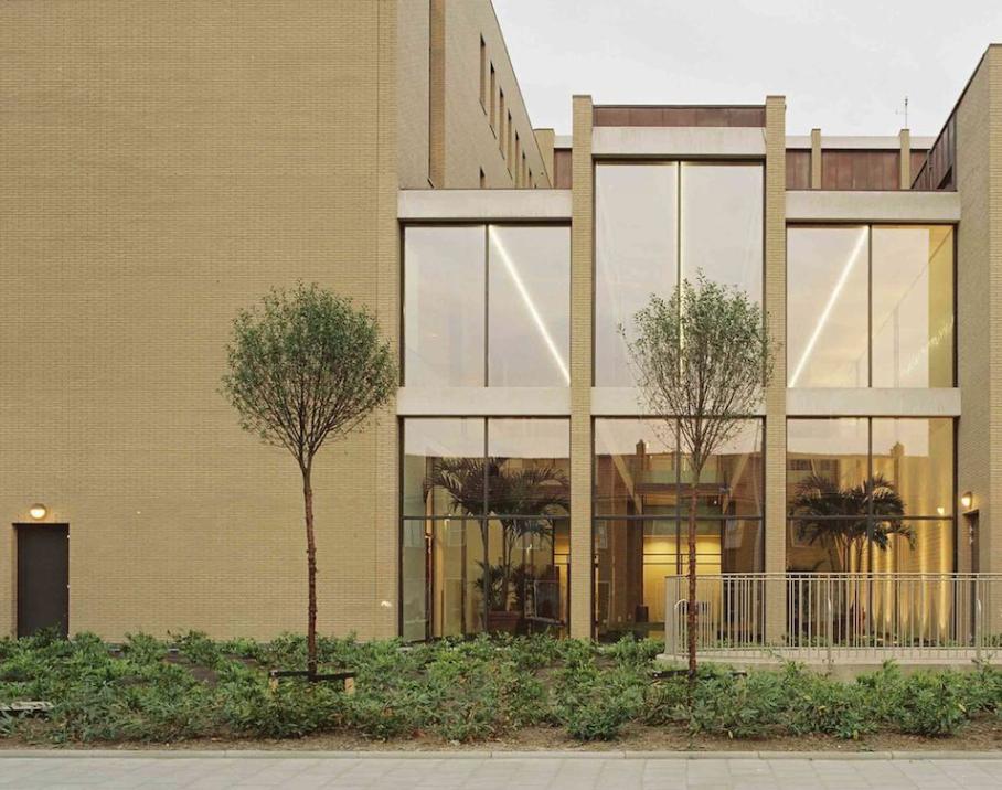 Het Gemeentehuis en Cultureel Centrum van Ridderkerk door Charles Vandenhove