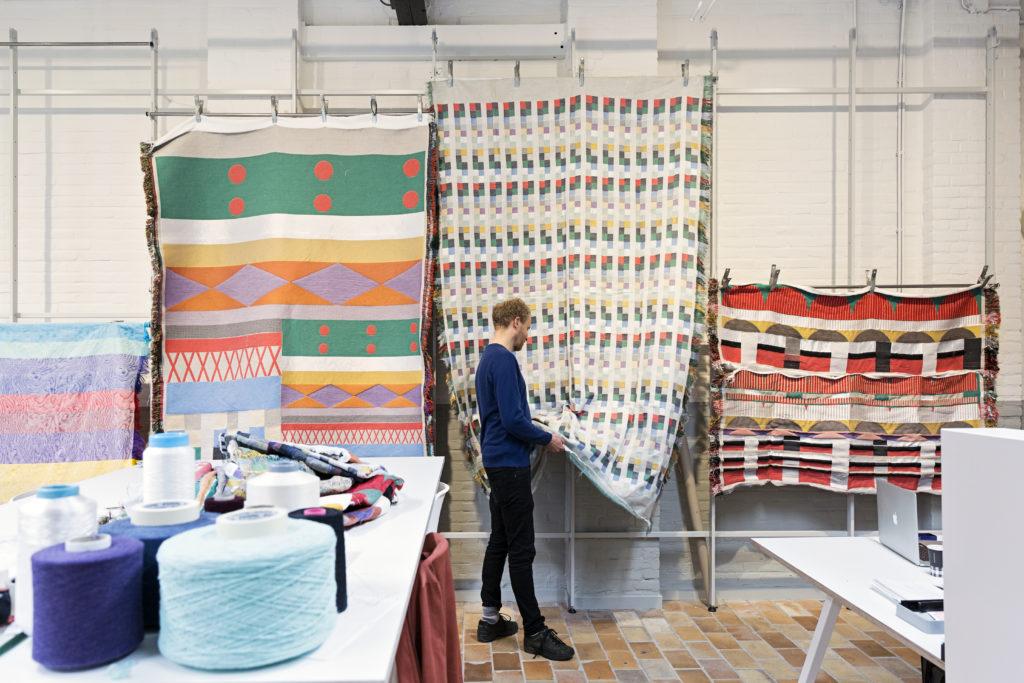 Marijn van Kreij werkend in het TextielLab in opdracht van het TextielMuseum, beeld Josefina Eikenaar / TextielMuseum
