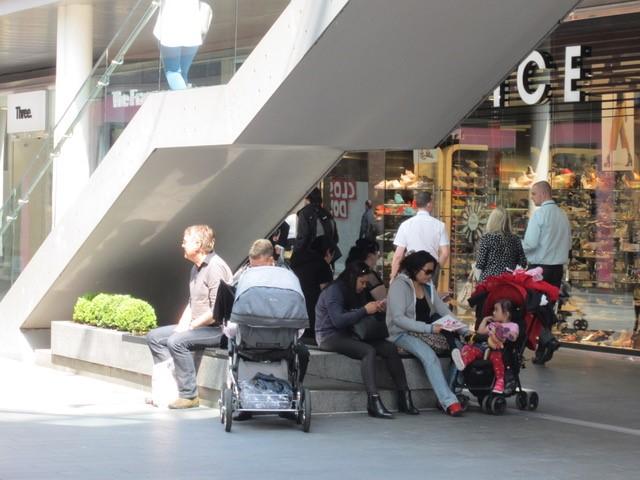 Lage muurtjes in Liverpool One worden gebruikt als zitplaats, terwijl ze daar niet voor ontworpen zijn: de enige vorm van toe-eigening die waargenomen is, beeld Els Leclerq