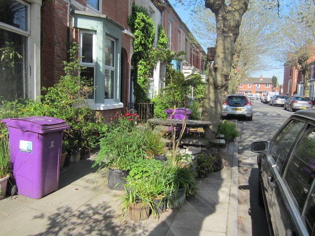 Door bewoners toegevoegde groen- en zitelementen in Granby aan de openbare ruimte verhogen levendigheid en buurtcontacten, beeld Els Leclerq